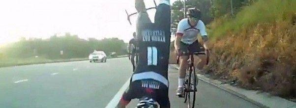 Brutal caída y ostión de un ciclista mientras iba en pelotón